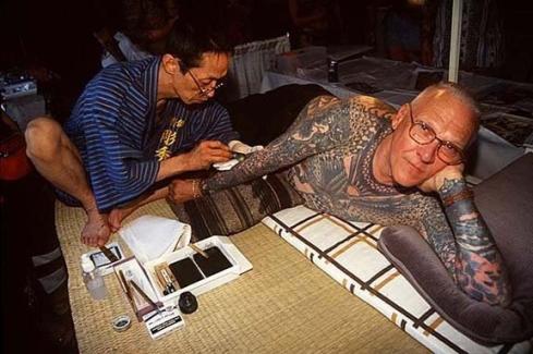 Horihide-Kazuo-Oguri-tattooing-Lyle-Tuttle-in-1998-via-wwwlyletuttlecom